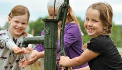 Hof Eggers - Kinder an der Wasserpumpe